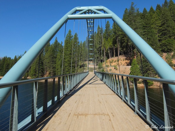 A pedestrian bridge on the Lake Siskiyou hiking trail